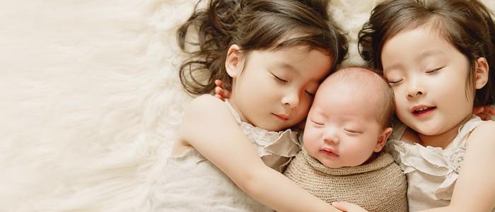 新生兒與雙胞胎姊妹的可愛家庭寫真 (Eden Bao 拍攝)